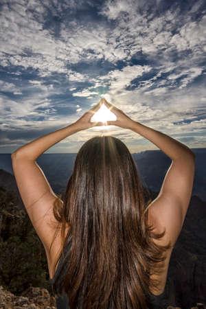 mujer mirando el horizonte: Chica en la puesta de sol Foto de archivo