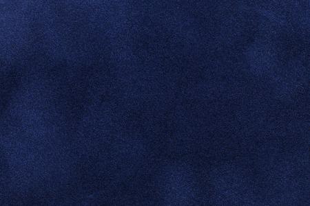 Hintergrund der dunkelblauen Veloursledergewebenahaufnahme. Samtmatte Textur aus marineblauem Nubuk-Textil.
