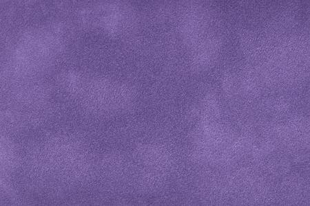 Dunkelvioletter matter Hintergrund aus Wildleder, Nahaufnahme. Samtstruktur aus nahtlosem lila Leder. Filzmaterial Makro.
