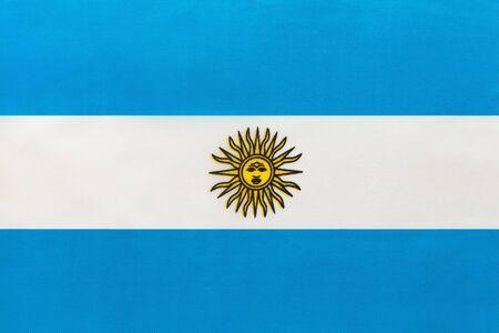 Argentinien nationale Stoffflagge, Textilhintergrund. Symbol des internationalen Weltsüdamerika-Landes. Staatliches argentinisches Zeichen.