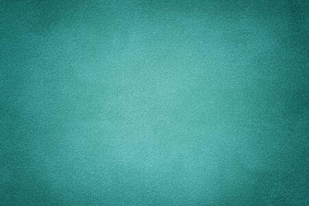 Türkis matt Hintergrund aus Wildleder, Nahaufnahme. Samtstruktur aus nahtlosem cyanfarbenem Leder. Filzmaterial mit Vignette. Standard-Bild
