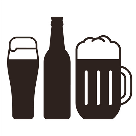 Beer mugs and bottle isolated on white background Ilustração
