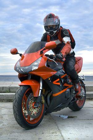 Motocyclist mit Motorrader Standard-Bild - 1052443