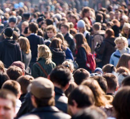 mucha gente: Multitud de gente en la calle  Foto de archivo