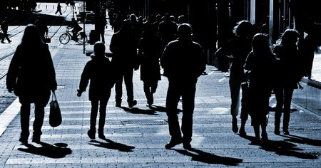 hustle: Folla di persone a piedi attraverso la strada