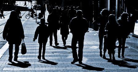 Menge Leute zu Fuß durch die Straße Standard-Bild - 3039980