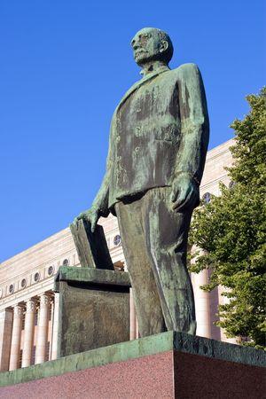 Die Gebäude des Parlaments mit dem Denkmal K.J.Stahlberg, der erster Präsident von Finnland. Helsinki, Finnland Standard-Bild - 3388656