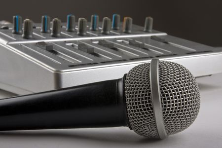 Mikrofon mit dem Mixer in Tonstudio Standard-Bild - 4697733