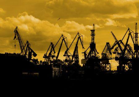 Silhouette der Seehafen-Krane in den Morgen Standard-Bild - 4994125