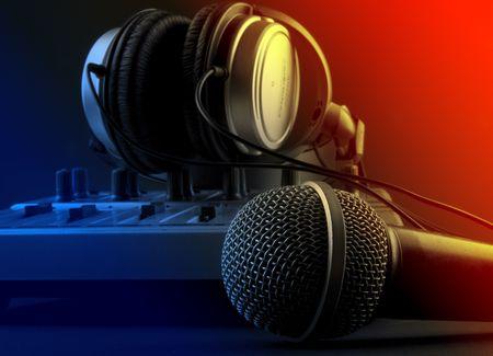 auriculares dj: Mezclador y un micr�fono con auriculares - estudio conjunto de m�sica Foto de archivo
