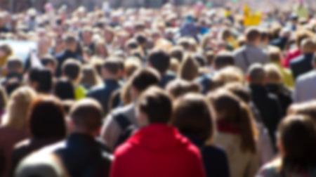 menschen unterwegs: Masse der Leute auf der Straße, im Stadtzentrum