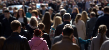 grupos de personas: Multitud de personas en la calle, centro de la ciudad Foto de archivo