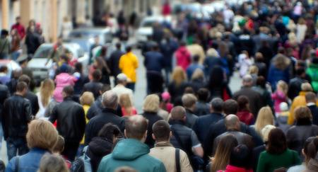 muchas personas: Multitud de personas en la calle, centro de la ciudad Foto de archivo