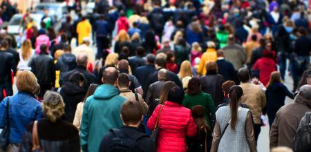 menschenmenge: Masse der Leute an der Stra�e Stadtzentrum Lizenzfreie Bilder