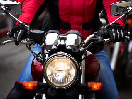 jinete: Jinete de la motocicleta corriendo en la calle de la ciudad Foto de archivo