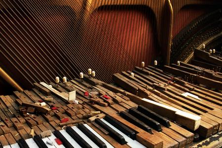 Tastatur des alten gebrochenen Klavier (Nahaufnahme) Standard-Bild - 58689869
