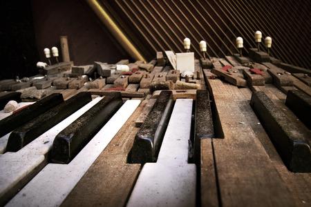Tastatur des alten gebrochenen Klavier (Nahaufnahme) Standard-Bild - 58689870