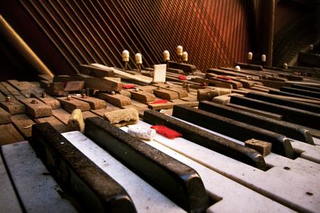 Tastatur des alten gebrochenen Klavier (Nahaufnahme) Standard-Bild - 58689574