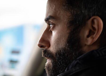 Primo piano del profilo del volto di un uomo mentre guarda qualcosa