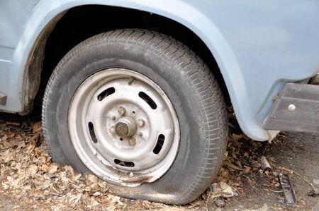 フラット タイヤと無人の秋で長い間緊急立って車