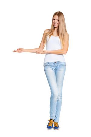 흰색 배경 위에 복사 공간에서 아름다운 금발 여자를 가리키는의 전체 길이 스톡 콘텐츠