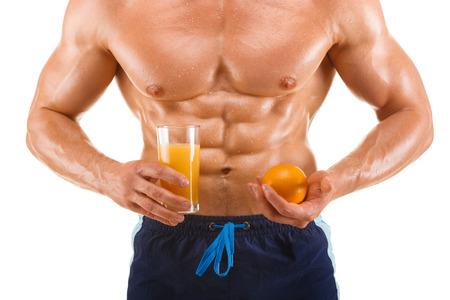 with orange and white body: Forma y saludable cuerpo del hombre que sostiene un jugo de naranja, abdominal en forma, aislados en fondo blanco