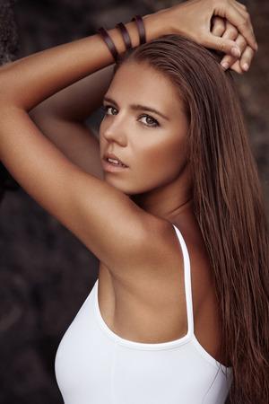 해변에서 황갈색으로 아름 다운 여자의 초상화