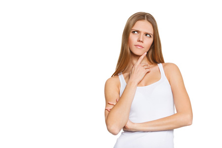 매력적인 십 대 소녀의 초상화를 생각 하 고, 흰 셔츠, 흰색 배경 위에 격리를 착용하는 것이 생각 젊은 예쁜 여자