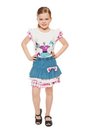 mignonne petite fille: Mode mignonne petite fille en chemise et jupe, pleine longueur, isolé sur fond blanc Banque d'images