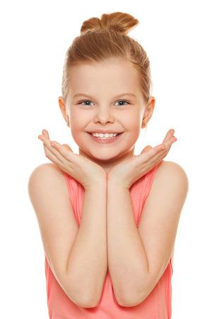 흰 배경에 고립 된 얼굴 근처 손으로 웃고 즐거운 어린 소녀 즐거운 어린 소녀