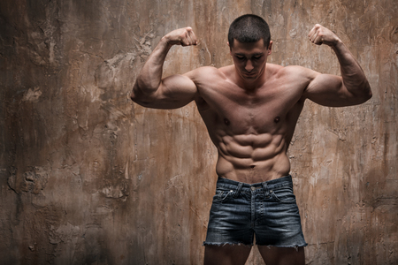 벽 배경에 근육 남자