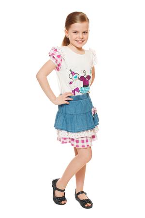 sandalias: Niña de moda linda en camisa y falda, larga duración, aislada en el fondo blanco Foto de archivo