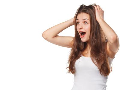 mooie vrouwen: Verrast gelukkig mooie vrouw opzij kijkt in spanning. Geïsoleerd op witte achtergrond