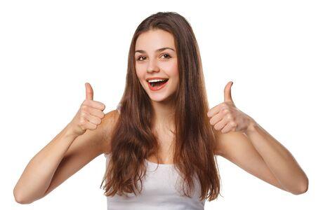 흰색 배경에 고립, 최대 행복 한 젊은 여자 엄지 손가락을 보여주는 미소