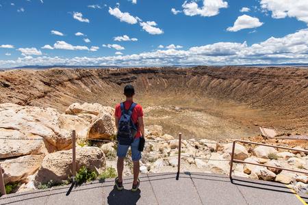 mochila de viaje: Viajes en Meteor Crater, hombre caminante con mochila disfrutando de vista, Winslow, Arizona, EE.UU.