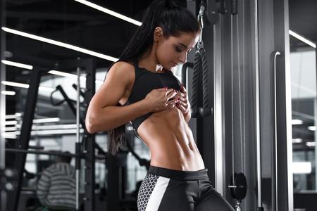 Fitness mujer sexy mostrando abdominales y vientre plano. Hermosa chica musculosa, en forma abdominal Foto de archivo - 99932751
