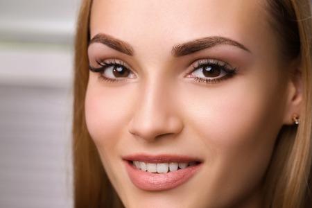 Maquillaje permanente en cejas. Foto de archivo