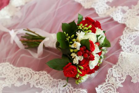 Gold rings on a wedding bouquet 版權商用圖片