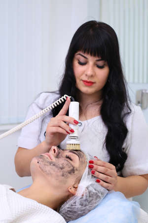 Hardware cosmetology. Cleaning the skin with a brush. Standard-Bild