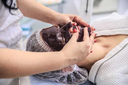 Chocolate Mask Facial Spa. Chocolate Treatments. Beauty Spa Salon. Standard-Bild