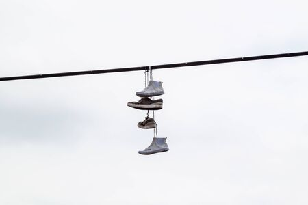 tossing: Shoe tossing or Shoefitti - the new urban trend
