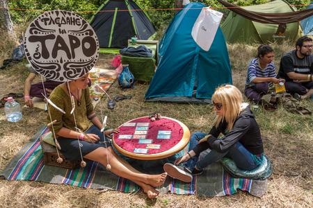 soothsayer: Kuklen, BULGARIA - juky 04, 2015 - Forest, festival de música cerca de la aldea Kuklen, Bulgaria. Gente acampar y participar en diferentes actividades como la cerámica, el yoga, el yoga de aire, joyas hechas a mano, etc.