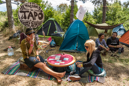 adivino: Kuklen, BULGARIA - juky 04, 2015 - Forest, festival de m�sica cerca de la aldea Kuklen, Bulgaria. Gente acampar y participar en diferentes actividades como la cer�mica, el yoga, el yoga de aire, joyas hechas a mano, etc.