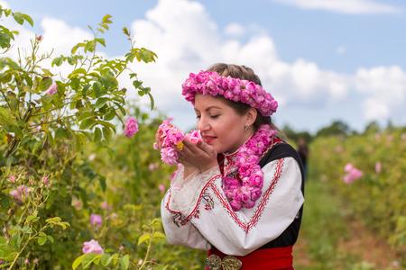 ブルガリア、カザンラクのバラ祭の中にバラの香りを感じて伝統的な服に身を包んだブルガリアの女の子
