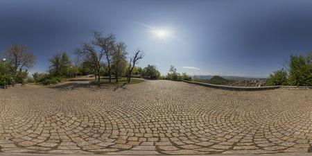 プロヴディフ、ブルガリアの Bunardzhika の丘の上部に小さなパノラマ エリアの 380 で 180 度球面パノラマ。