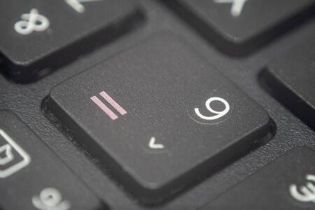 Extreme macro van de nummer zes en is gelijk aan tekentoets op een laptoptoetsenbord