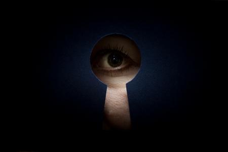 ojo femenino en el ojo de la cerradura Foto de archivo