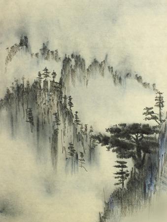 majestueuze bergen en pijnbomen mist Stockfoto