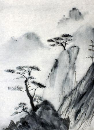Misty bergen en hemel pijnbomen Stockfoto