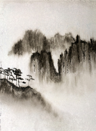 hoge schilderachtige bergen en mist